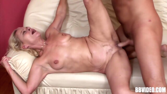 SQUIRTING MATURE SLUT IN A WILD SESSION.. blonde cumshot facial